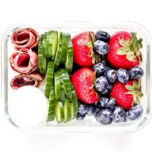 Pastrami Box with Tzatziki, Cucumber & Berries @shawsimpleswaps #highprotein #snackbox